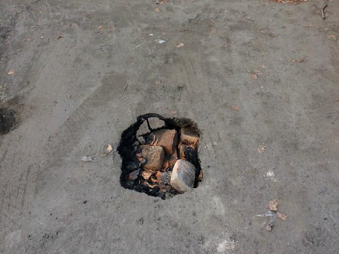 В Брянске на улице Новозыбковской провалился асфальт на парковке