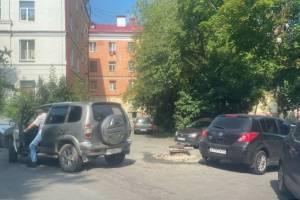 В Брянске на парковке у Сбербанка водитель повредил чужую машину и скрылся