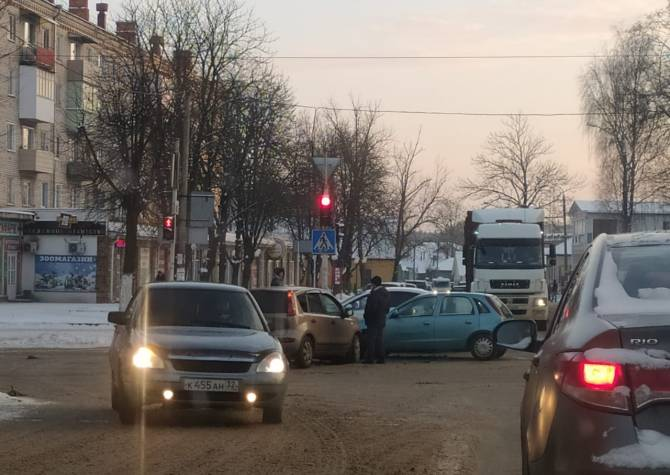 В Клинцах на перекрестке не разъехались две легковушки