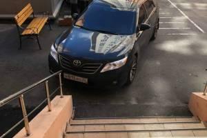 В Брянске мастер парковки перекрыл вход в подъезд многоэтажки