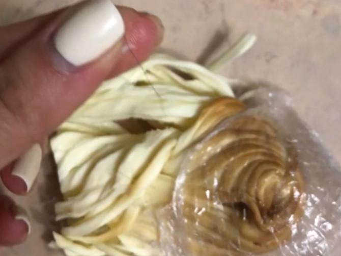 Жительница Брянска сняла на видео волосы в сыре-косичке