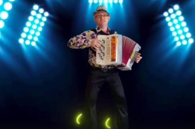 Брянский баянист снял клип на песню Little Big