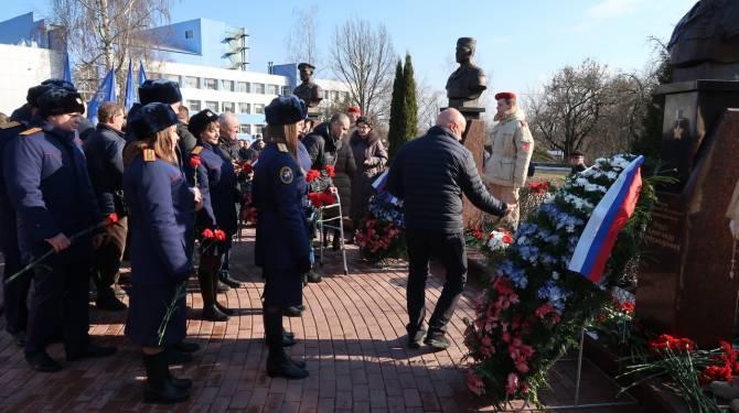 Брянские следователи почтили память погибших воинов-десантников