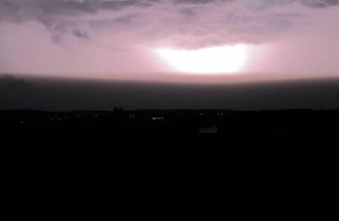 В Брянске сняли на видео адскую грозу с молниями
