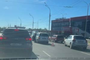В Брянске возле «Линии» на проспекте Московском столкнулись две легковушки