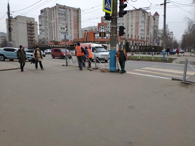 На перекрестке в центре Брянска установили уродливые заборы