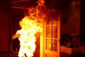Женщина облила бензином и подожгла курившего в подъезде соседа