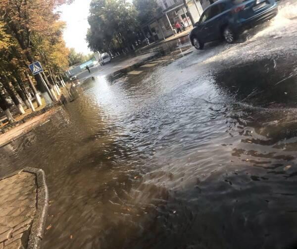 В Брянске улицу Куйбышева затопило из-за пожарного гидранта