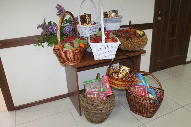 Брянским медсестрам подарили корзины фруктов и сладостей