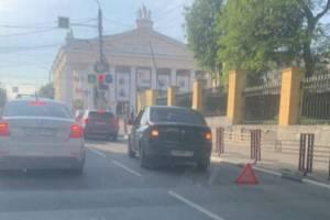 В Брянске возле драмтеатра произошло ДТП