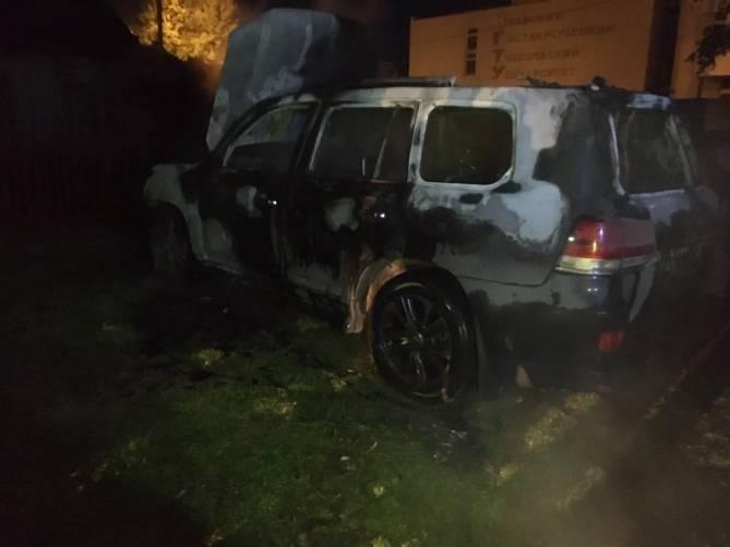 Под окнами брянского университета сгорел дорогой внедорожник