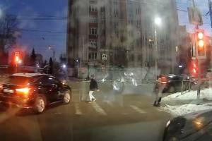В Брянске водитель поехал желтый свет и едва не сбил ребенка