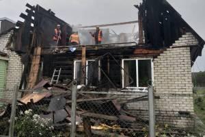 В Дятькове сгорел частный дом после удара молнии
