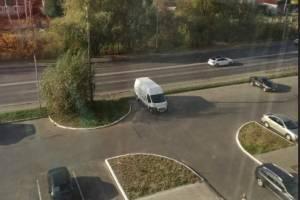 В Брянске вандалы исписали нецензурными посланиями микроавтобус
