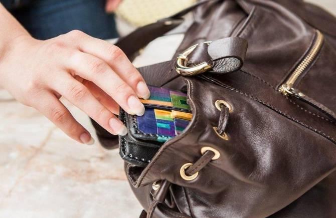 В Брянске у женщины украли сумку в магазине одежды