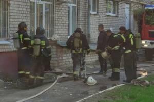 На тушение огня к детской поликлинике прибыли пожарные из четырех частей