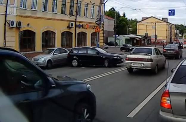 В Брянске на улице Калинина сняли на видео чудо-водителя