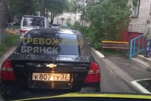 В Брянске скорая помощь не доехала до подъезда ветерана ВОВ из-за автохама