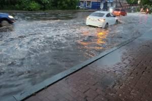 В Брянске из-за ливня затопило проспект Ленина