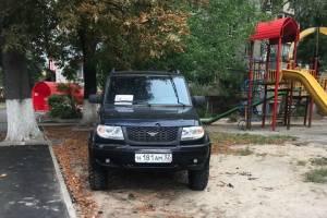 В Брянске автохам на внедорожнике припарковался на детской площадке