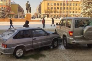 В Брянске у площади Ленина столкнулись легковушка и внедорожник
