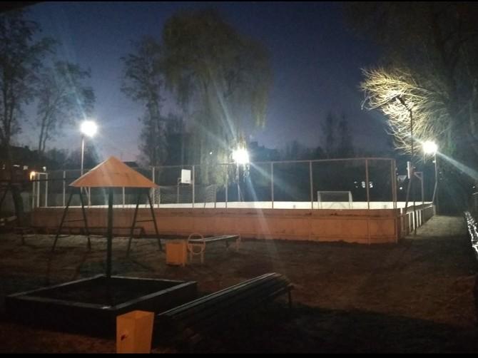 В брянском посёлке Белые Берега осветили новый корт