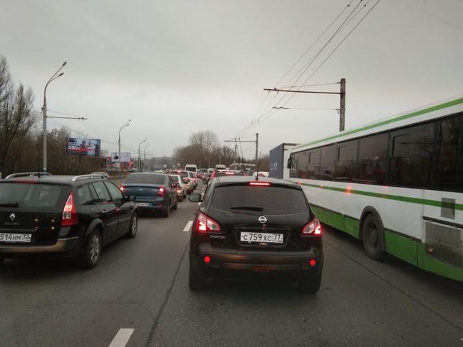 В Брянске на Московском проспекте образовалась гигантская пробка