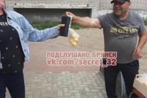 В Брянске мужчина раздает абрикосы пенсионерам