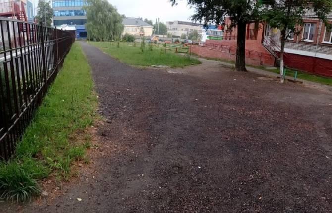 Брянских чиновников заставили сделать тротуар у детского сада