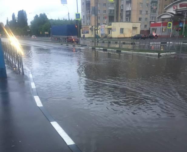 В Брянске проспект Московский после ливня ушел под воду