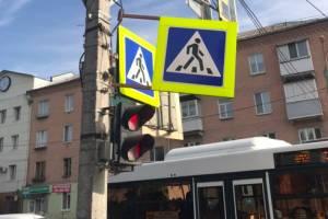 В Брянске на улице Никитина дорожный знак угрожает пешеходам