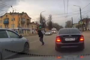 В Брянске пьяный мужчина едва не угодил под машины