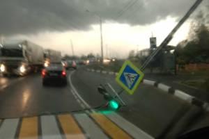На трассе Брянск-Новозыбков ураган сломал светофор