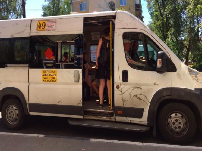 В Брянске мужчина едва не попал под колёса маршрутки №49