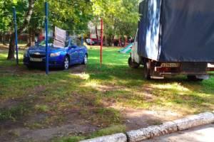 В Брянске на улице Костычева автохамы устроили парковку на детской площадке