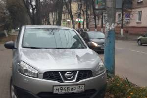 В Брянске наказали перекрывшего тротуар автохама на «Nissan»