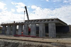 В Брянске на новом мосту через Снежеть укладывают последние балки