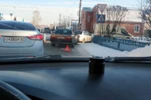 В Брянске на улице Урицкого столкнулись три автомобиля