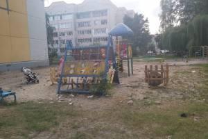 В Брянске на детской площадке коммунальщики забыли убрать мусор после замены труб
