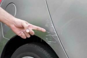 В Брянске возле травмпункта водитель разбил чужое авто и скрылся