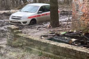 В Брянске 20 автомобилей утонули в грязи на Набережной