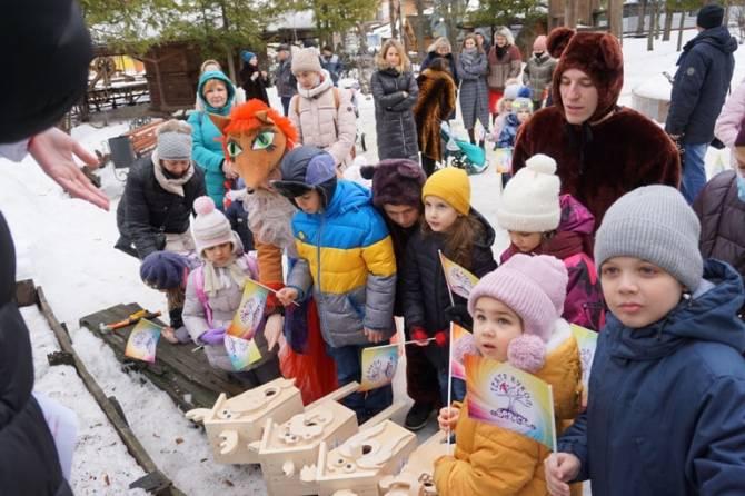 Артисты брянского театра кукол соорудили домики для птиц