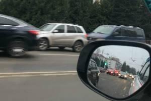 В Брянске возле площади Партизан столкнулись две легковушки