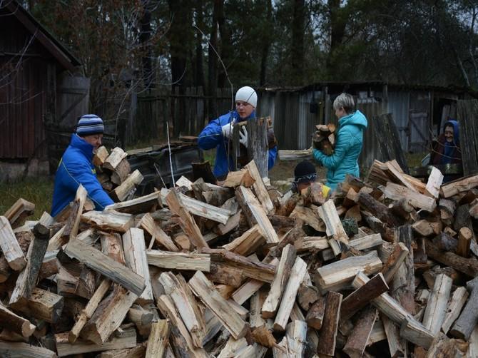 Новозыбковские футболисты помогли дровами и водой местной поэтессе