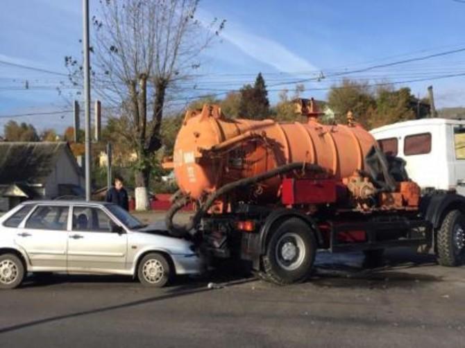 В Брянске водитель ВАЗ протаранил ассенизаторскую машину