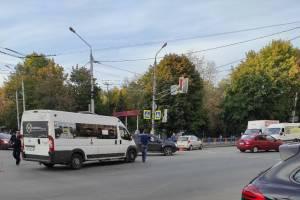 В Брянске на Никитинской столкнулись маршрутка и легковушка