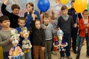 Брянский театр кукол провел акцию «Сказка в подарок» для детей из приютов