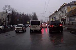 В Брянске лихач на легковушке едва не сбил пешеходов