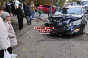 В Брянске смятая в ДТП легковушка вылетела на тротуар
