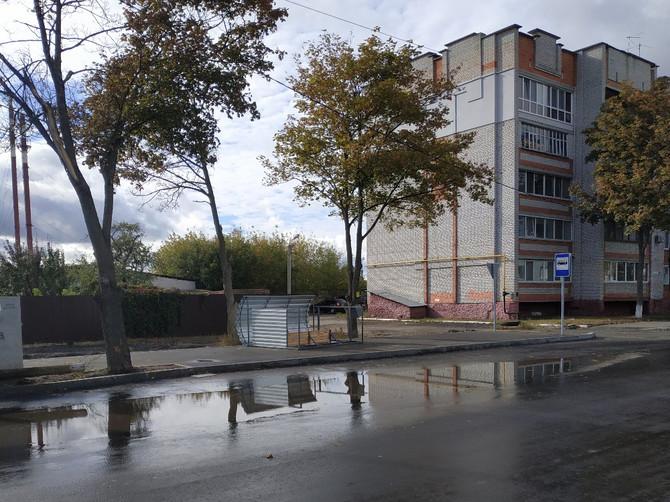В Брянске рухнула новая остановка из-за мощного ветра